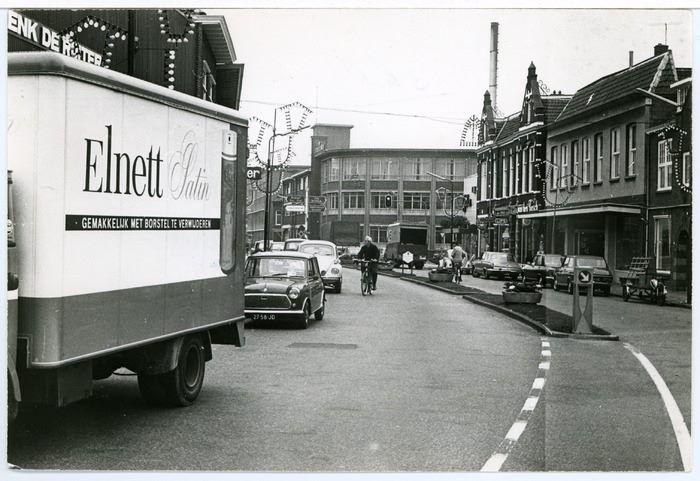 Hoogstraat in Veenendaal. De winkel van Van den Bosch GeHa van Leeuwen en de Scheepjeswol