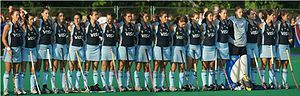 Ésta es el equipo de hockey sobre césped niñas de Argentina. Sus uniformes son de color azul.
