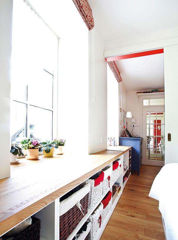 Подоконники расширили до 80 см и поставили под ними в гостиной и спальне стеллажи — для хранения корзин с вещами, книг и пластинок: