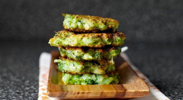 Estas tortillitas de brócoli y queso parmesanoson la mejor receta para conseguir que tus hijos coman brécol si no les gusta de otra manera. No tienes que machacar ni triturar el brócoli, solo picarlo en trocitos muy pequeños para combinarlo con una masa de harina, huevo y queso parmesano. Con esta mezcla se crean las …