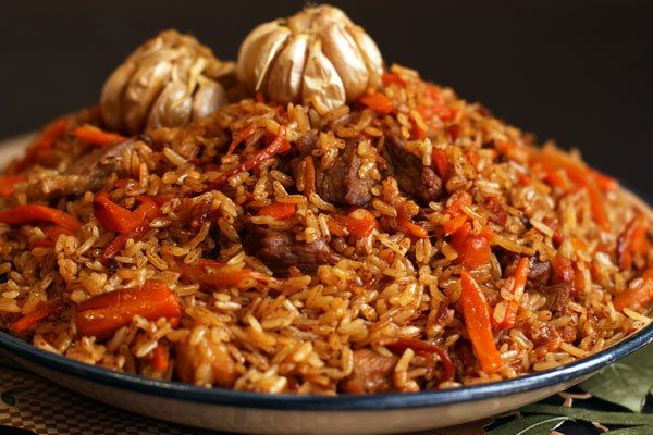 Kак приготовить плов в казане на костре. Для компании из 10-ти человек: 1 кг отборного риса твердых сортов (басмати, аланга, лазер, девзира), 1 кг мяса (говядина в идеале, но можно и свинину), 150 г растительного масла или 200 г курдючного сала, 3 большие луковицы, 1 килограмм моркови, соль, приправа зира (кумин) - приблизительно 2 чайные ложки, сухие зерна барбариса, 4 головки чеснока, 1 стручок острого перца чили по желанию.