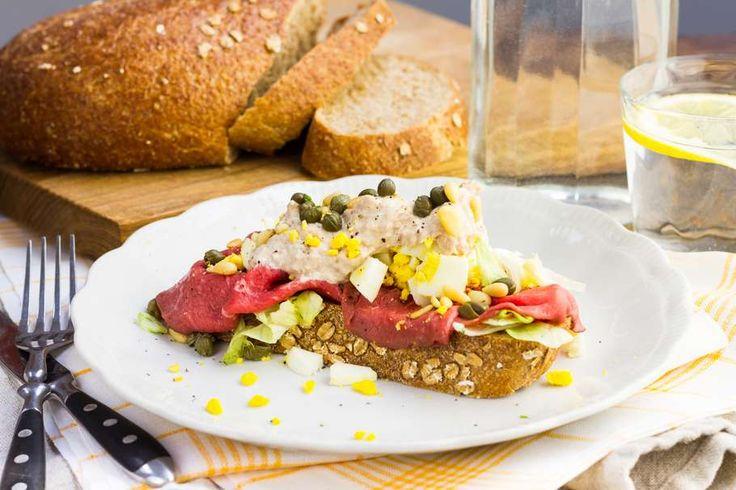 Recept voor sandwich voor 4 personen. Met zout, olijfolie, peper, rosbief, tonijn uit blik, pijnboompitten, brood, honing-mosterddressing, slamelange en ei