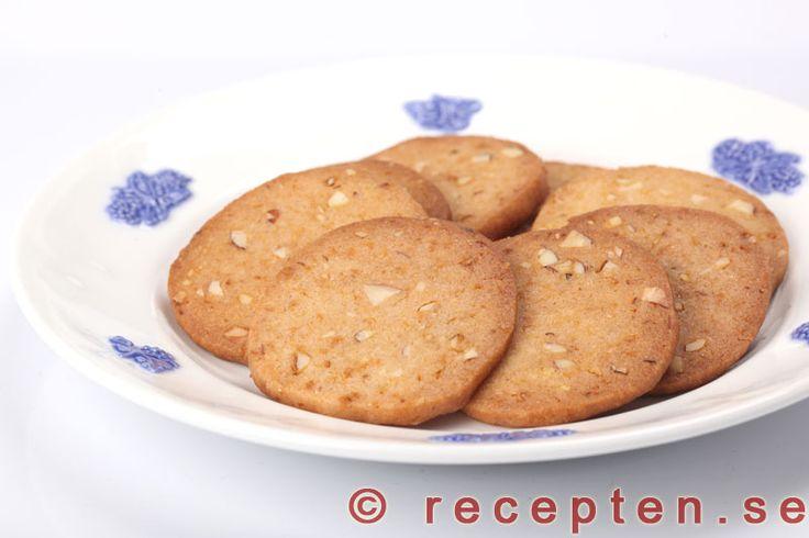Bondkakor - Recept på Bondkakor - goda enkla småkakor med sirap och mandel. Använd smör när du bakar kakorna.