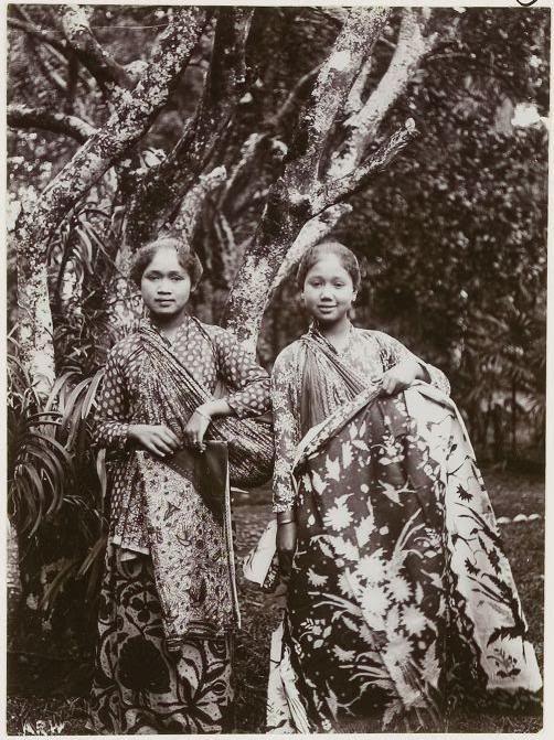 Sundanese girls in traditional kebaya and batik