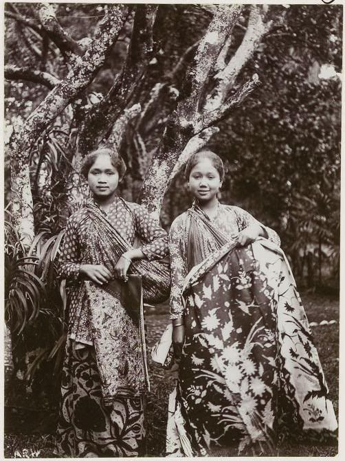 Sundanese girls in traditional kebaya and batik