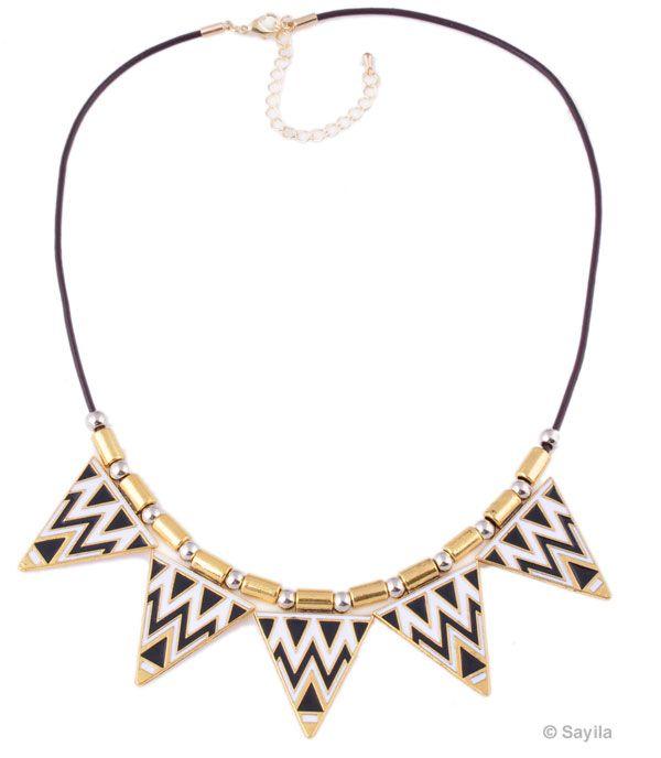 Halsketting van leer ± 52-58cm, in maat verstelbaar, met metalen hanger/bedel driehoek Azteken, met metalen sluiting http://www.sayila.nl/go/si/si/37883