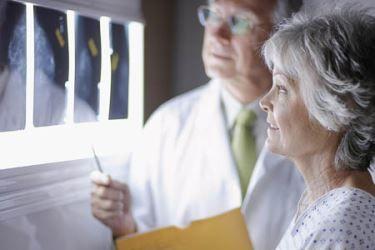 Densitometria óssea analisa o esqueleto e pode detectar ostoporose. Entenda a densitometria óssea e quando pedi-la ao seu médico.
