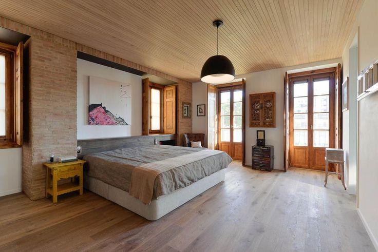 La nicchia alle spalle del letto offre un effetto di profondità interessante che diventa una cornice architettonica per un quadro come testiera
