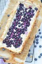 Deze blauwe bessen cheesecake heb je supersnel klaar en is lekker!!  Je taartje heb je sneller gemaakt dan de oven warm is.  Hoe je hem maakt vind je bij de bron.