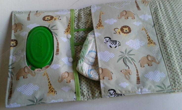 Organização e Rápidez na hora do Passeio ? Este Porta Fraldas e Lenço Umedecido é ideal para manter tudo organizado as fraldinhas, lenço e a pomadinha do bebê, nada como ter à mão de forma rápida e fácil. Produto confeccionado com tecidos 100% algodão. (Consulte a disponibilidade da estampa) <br> <br>Matéria-Prima: <br>Tecido 100% Algodão <br>Manta R2 <br>Botão de Decoração e tic tac <br> <br>Cuidados com a Peça: <br>Dê preferência em lavar à mão <br>Usar somente alvejantes para tecidos…