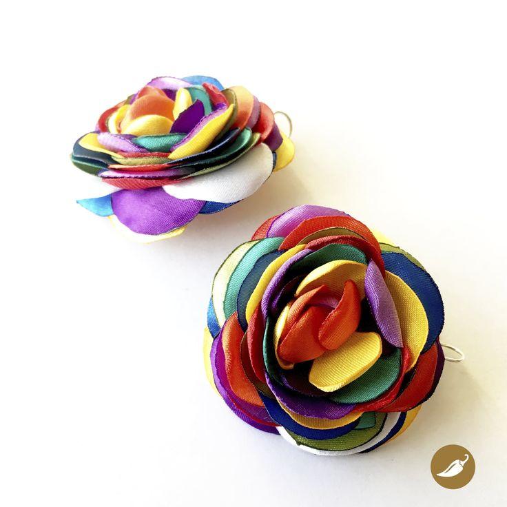 En esta joya, Nini del Rìo, se inspira en uno de los rasgos más característicos de la Fiesta de la Tirana: el Color. El color colma la pampa del Tamarugal, a través de las máscaras, cintas, trajes, sombreros y flores. Las telas siempre son brillantes, por ello Nini utiliza satín para crear esta línea inspirada en la mayor apoteosis coreográfica de Chile. Nini del Rio se decide por la policromía y la plasma en estos aros, que como los bailes del norte grande abrazan distintos tonos.Joya…