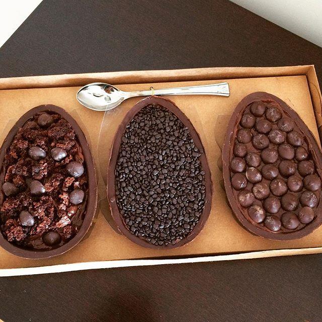 Nosso trio amargo. Na ordem: brownie, bolo de cenoura e cookies. Chocolate 70%. E o brigadeiro? Ahhh... Esse é com leites vegetais. Para passar a páscoa elegante. 💕💕💕💕💕 #aracaju #semgluten #semlactose #brownie #cookies #callebaut