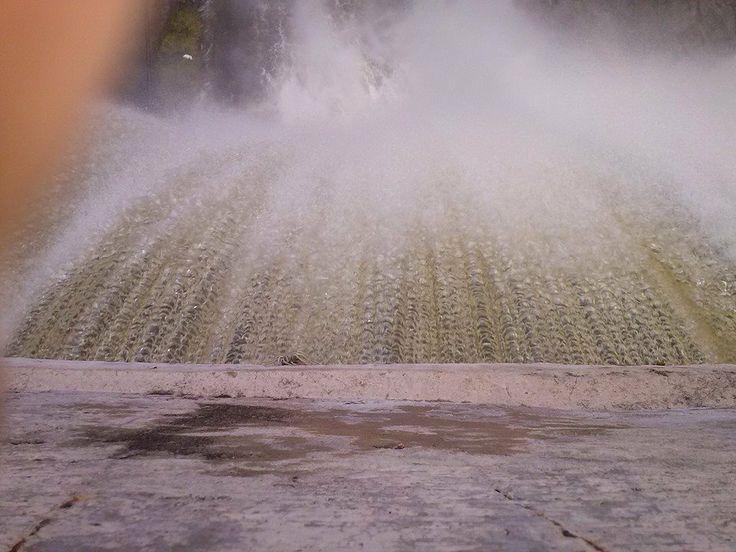 Caída de agua desde el muro del Dique de Olta. La Rioja. Argentina