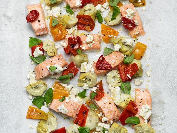 Bakad lax med inlagd kronärtskocka, inlagd paprika och fetaost | Recept.nu