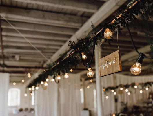 Lichterketten zum Leihen - Fans von Industrial Weddings aufgepasst: So strahlt eure Hochzeit und euer großer Tag!  Foto: Kreativ Wedding