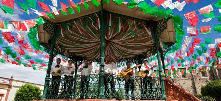 Esta gente es la parte de un grupo de Mariachi. Tocan la música en fiestas en Guadalajara, Jalisco, México. Esto es cómo los partidos en Guadalajara son tan emocionantes. También, esta ciudad es donde el Mariachi nació.