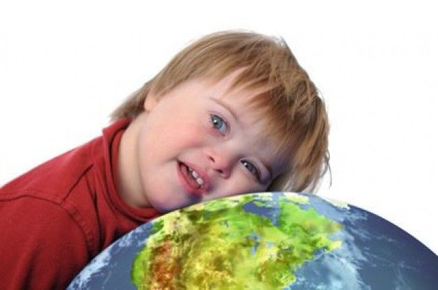 Otizmli çocukların en büyük sıkıntılarından biri de anlaşılamamak. İşte çevresinde otizmli biri olmayanın kolay kolay anlayamayacağı şeylerin kısa bir listesi… Otizm spektrum bozukluğu (ASD), doğuştan gelen ya da yaşamın ilk yıllarında ortaya çıkan karmaşık bir nöro-gelişimsel bozukluktur. Beynin yapısını ya da işleyişini etkileyen bazı sinir sistemi sorunlarından kaynaklandığı sanılmaktadır.  Otizmlilerin iletişim bozukluklarını, yineleyici hareketlerle …