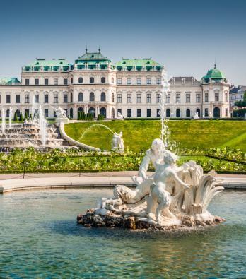 Il Palazzo del Belvedere fu edificato su richiesta del principe Eugenio di Savoia. La sfarzosa residenza è composta da due palazzi in stile barocco separati da splendidi giardini.
