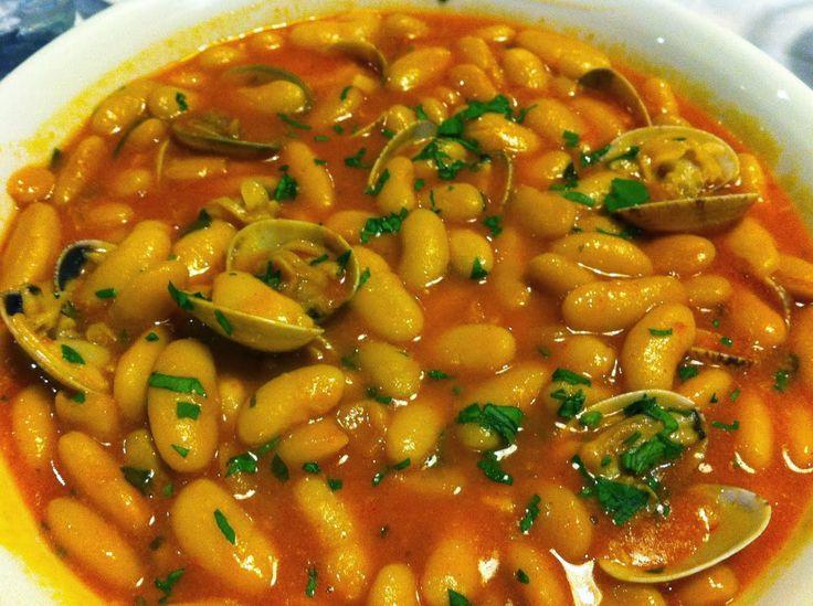 Fuente: sacuinadenbotes.blogspot.com   Necesitamos para seis personas. Cada ración aporta 290 kcal   500 gramos de almejas o chirlas  2 bo...