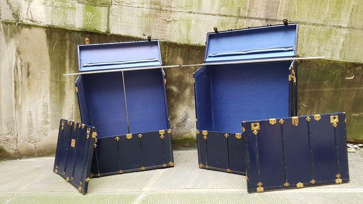 """Baule Teatrale Armadio anni '40. Coppia di Bauli Armadio color blu notte con bastoni appendiabiti allungabili.  Anni: '40  Misure:  -  COD. PROD.: <b>0374</b>  -  [button href=""""http://www.neoretro-vintage-industrial.com/contatti/maggiori-informazioni/"""" colorstart="""""""" colorend="""""""" colortext=""""#000000"""" icon_size=""""12"""" class="""""""" target="""""""" align=""""horizontal"""" width=""""normal"""" icon="""""""" ]MAGGIORI INFORMAZIONI[/button]"""