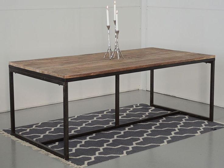 Ett stort matbord med läcker patina! IRON WOOD matbord är tillverkat i trä som bordstopp och underrede/ben i pulverlackerat järn med ett rått uttryck.