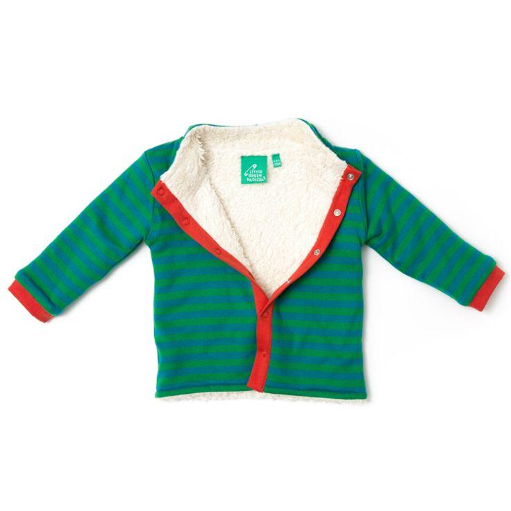 """Vores vendbare Stripes Forever jakker er en 100 % vendbar overgangsjakke, som kan bruges udenfor i på lune efterårsdag og det begyndende forår og som en lakker varm foret cardigan indendørs når det er ekstra koldt.  Den ene side har smukke grønne og blå striber, røde kanter og flotte røde """"lapper"""" på albuerne. Den anden side er i lækkert økologisk bomuldsplus."""