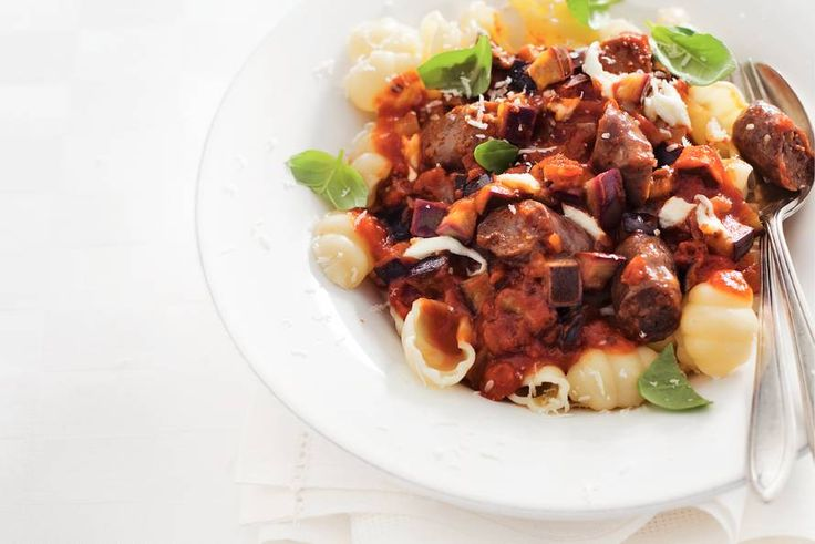 Kijk wat een lekker recept ik heb gevonden op Allerhande! Pasta met tomatensaus en worstjes