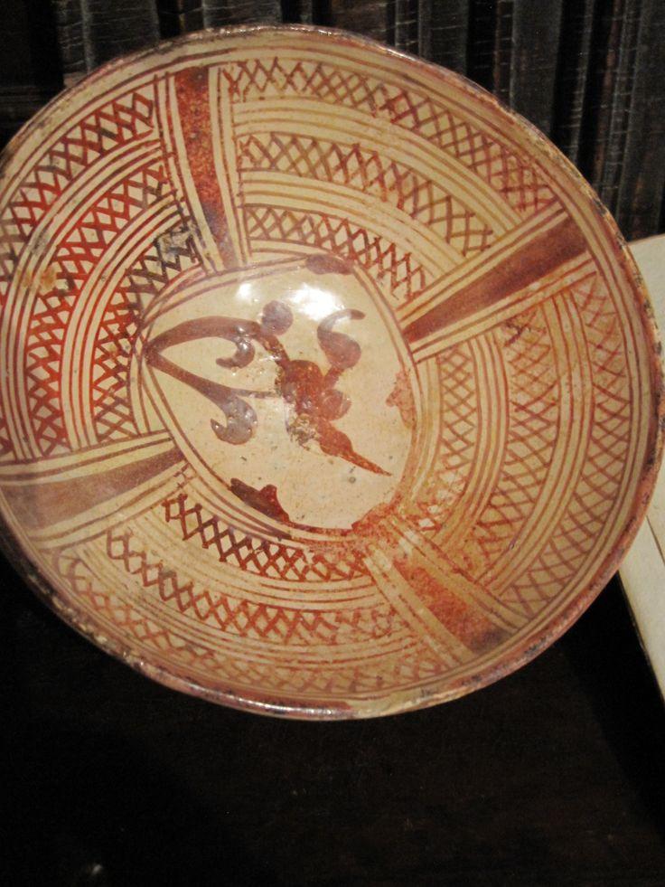 Escudilla en reflejo dorado de Manises, decorada con escudo heráldico con un cardo. Final del s, XV o inicio del XVI