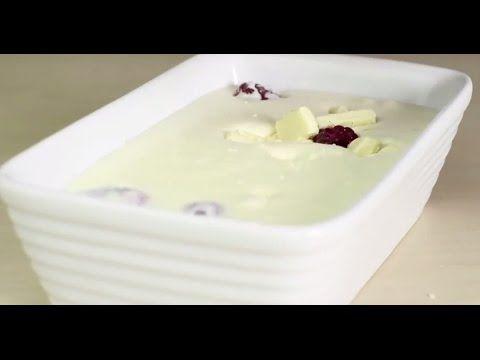 Il mélange du lait condensé sucré, du lait et des framboises... Wow, le résultat est divin! - Ma Fourchette