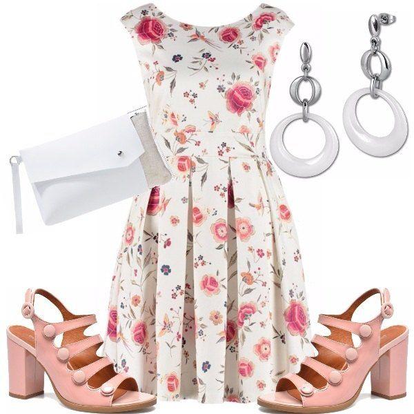 Un look in fantasia per un'occasione di festa adatto al giorno, composto da un vestito corto con stampe floreali, sandali rosa che riprendono i colori dell'abito, completo il look con degli orecchini pendenti e pochette in colore bianco.