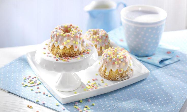Mini-Mandel-Gugelhupfe mit Konfetti Rezept: Kleine Kuchen mit Mandeln für die Kaffeetafel - Eins von 5.000 leckeren, gelingsicheren Rezepten von Dr. Oetker!