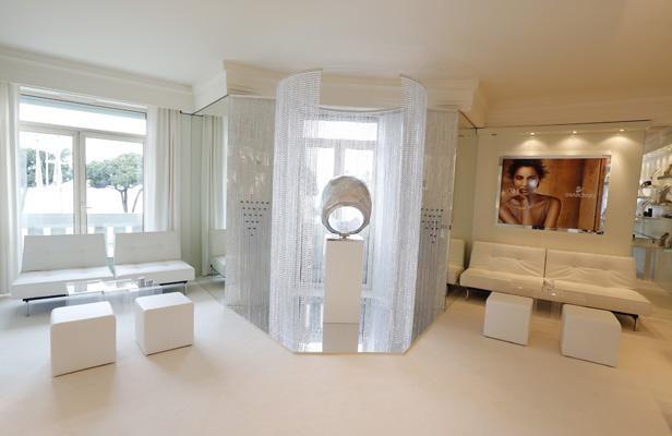 Bague chromée surdimensionnée, réalisée pour décorer la suite de Swarovski au Festival de Cannes, pour plus d'informations: http://dumarketingetdesobjets.com/2013/05/24/un-bijou-geant-au-festival-de-cannes-swarovski/