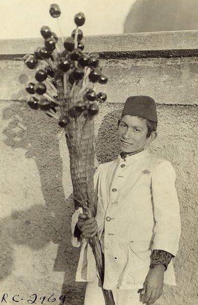 Bir çocuk elma şekeri satıyor ( tarih tahminen 1923) Kınalıada. Child street seller, Turkey, 1923.