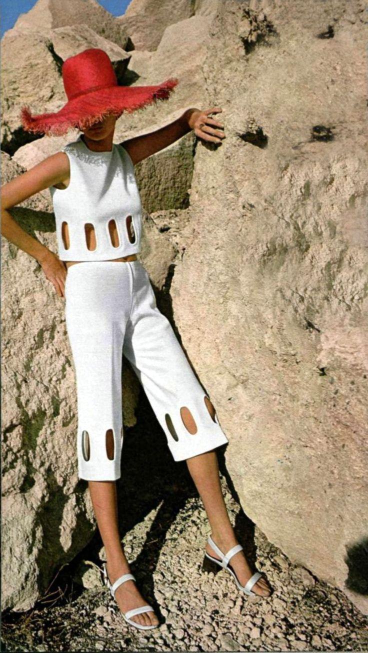 L'officiel magazine 1971 Love this vintage capri set! Women's vintage fashion photography photo image
