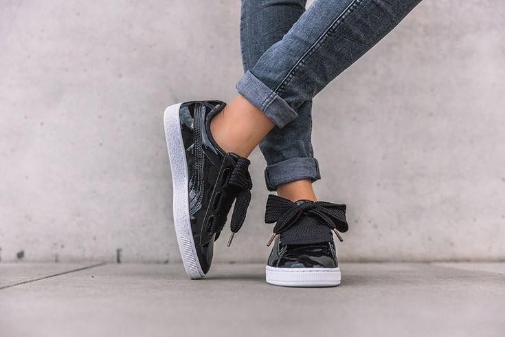 PUMA continue de créer des sneakers bien girly à l'image de ce nouveau Puma Basket Heart Patent Leather Pack comprenant deux coloris. La première paire revêt du cuir verni noir avec des lacets oversize qui donne un rendu noeud, contrasté par une semelle blanche alors que la seconde édition est monochrome blanche. Les deux silhouettes …