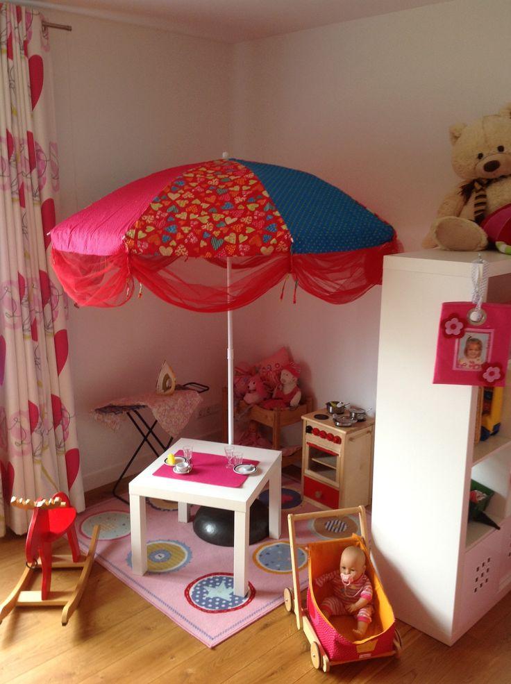 Poppenhoek - gezellige poppenhoek door de zonnescherm met de fleurige/ kleurige kleuren.