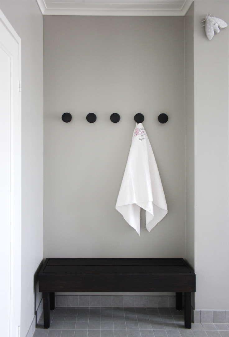 Kylpyhuoneen harmaa seinusta korostaa hienosti pyyhkeen puhtaanvalkeaa sävyä. Klikkaa kuvaa, niin näet tarkemmat tiedot!