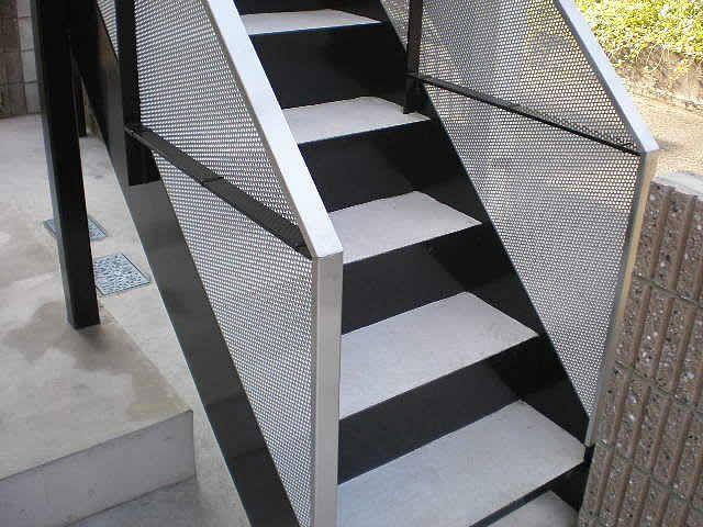 鉄骨階段にパンチングメタルを貼る