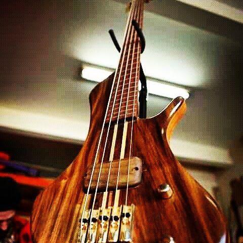 Bajo de 5 cuerdas contruido por Luthier Dominguez Test: https://youtu.be/olouZaU2dOE #bestluthiers #luthiery #lutheria #tallerescuela #bass #bassist #bajo #bajista #luthierdominguez #instrumentosmusicais #hechoamano #handmade #woodworker #5stringbass #bassguitar