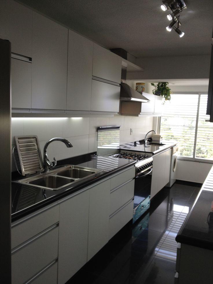 grupo3. cocina blanca con tiradores de aluminio incorporados a la puerta.