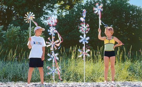 So fertigen Sie aus leeren Plastikflaschen lustige Windspiele für den Garten. Unser Windrad können Sie aus alten Kunststoffflaschen selbst basteln