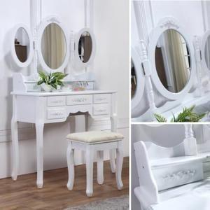 Nous vous présentons une coiffeuse blanche avec siège et miroir fabriquée en bois de haute qualité.  Caractéristiques :  - coiffeuse blanche avec siège et miroirs de sty