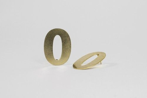The jewellery, which in its style is reminiscent of the 60s, can be worn for everyday outfit or for a more elegant look.  #jewelry #design #geometry #maths #minimal #contemporary #serajewellery #brass