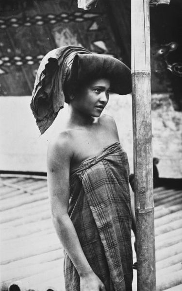 File:COLLECTIE TROPENMUSEUM Portret van een jonge Karo Batak vrouw TMnr 60026958.jpg