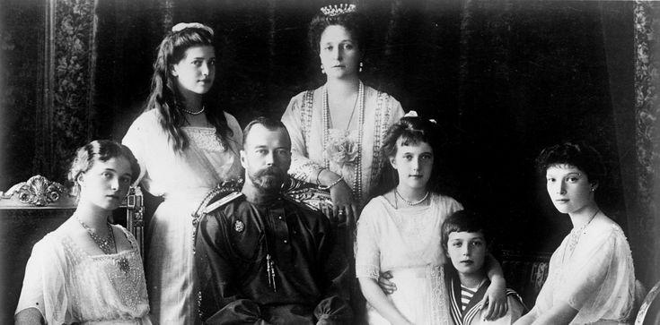 Retrato da última família real Russa: Czar Nicolau II, sua esposa e seus 5 filhos
