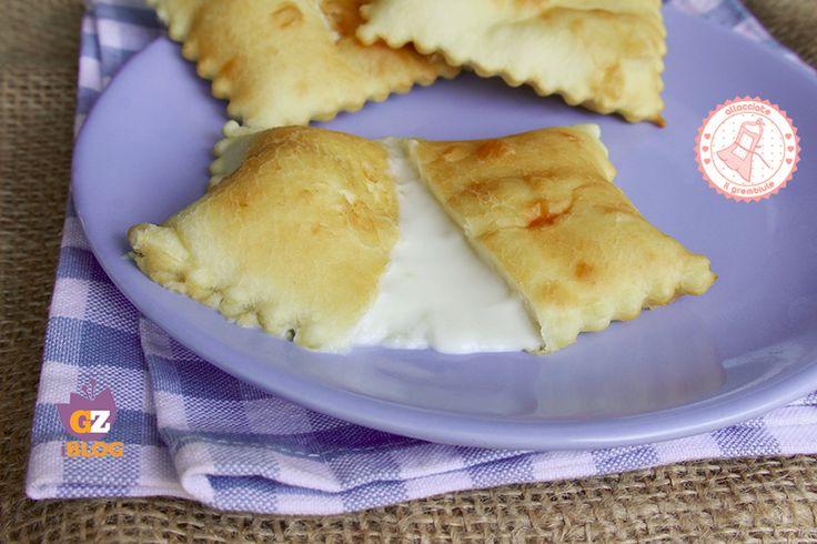 Le focaccette di Recco sono preparate con un impasto simile a quello della focaccia con il formaggio ma sicuramente più golose e perfette per feste o buffet