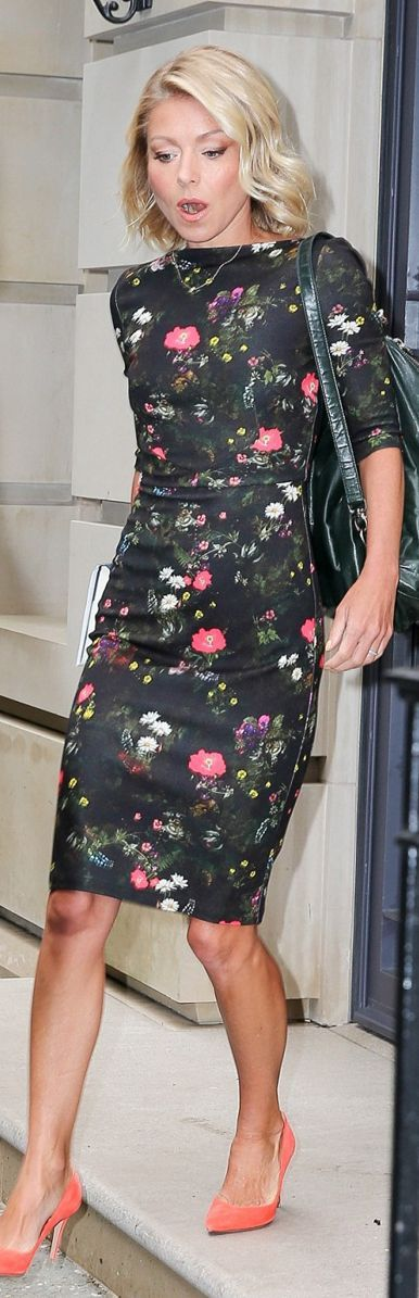 Who made  Kelly Ripa's black floral sleeve dress?