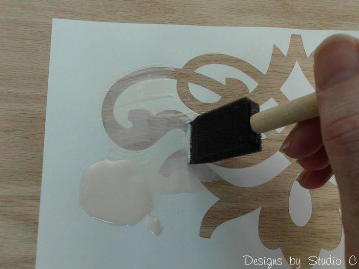 Tekening lijmen met houtlijm, modgepod of witte lijm en gwn overschilderen. Verf pakt niet op lijm