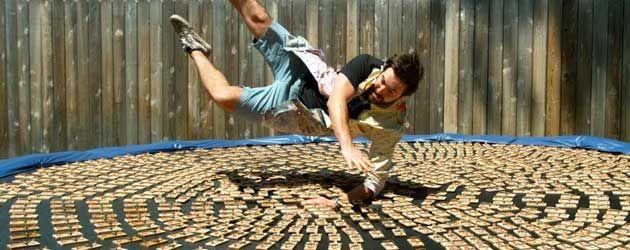 The Slow Mo Guys did it again! Met ballen van staal springen ze op een trampoline gevuld met 1000 muizenvallen.