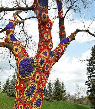 tree: Extreme Knits, Knits Crochet, Paintings Trees, Art Yarns, Crochet Art, Street Art, Yarns Bombs, Crochet Trees, Streetart